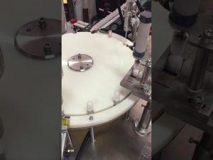 avtomatski stroj za polnjenje in zapiranje losjonov v majhnih steklenicah