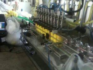 avtomatski stroj za polnjenje šamponov z brizgami
